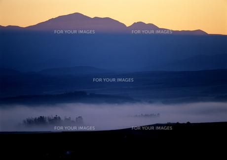 朝霧と黎明の山の写真素材 [FYI00103406]