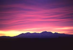 大雪山と紫の雲の素材 [FYI00103442]