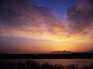 湖と朝雲の写真素材 [FYI00103459]
