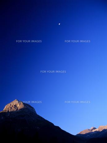 岩山と月の素材 [FYI00103465]