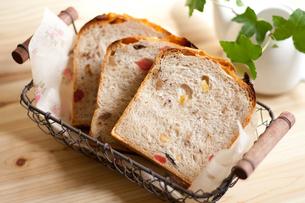 手作りドライフルーツとナッツ入りパン(横)の写真素材 [FYI00103696]