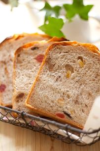 手作りドライフルーツとナッツ入りパン(縦)の写真素材 [FYI00103699]