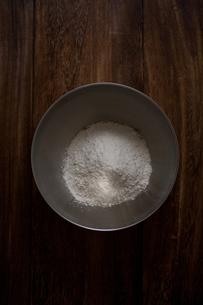 ボウルに入った小麦粉の写真素材 [FYI00103708]