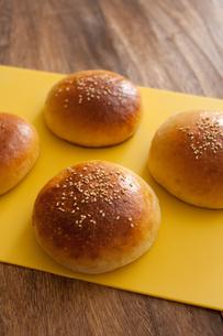 手作り米粉のハンバーガーバンズの写真素材 [FYI00103716]