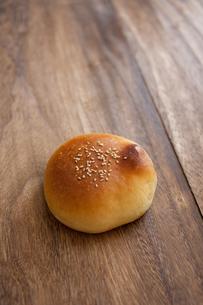 すこし失敗したパンの写真素材 [FYI00103727]