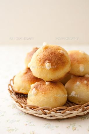手作りクッキー生地がけ菓子パンの写真素材 [FYI00103757]