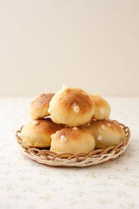 手作りクッキー生地がけ菓子パンの写真素材 [FYI00103760]