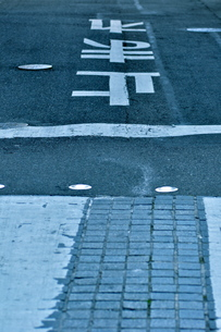 交通表示のある道路の写真素材 [FYI00105471]