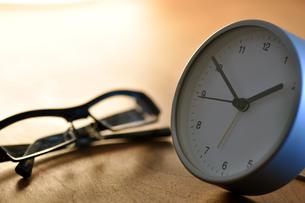 デスクの時計と眼鏡の写真素材 [FYI00105472]