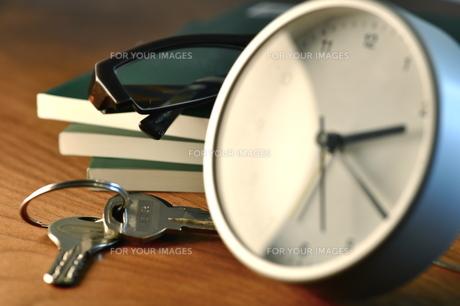 デスクの時計と鍵の写真素材 [FYI00105478]