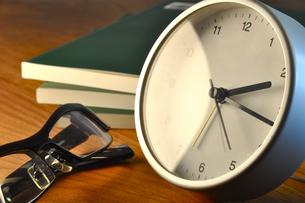 テーブルの時計と眼鏡の写真素材 [FYI00105499]