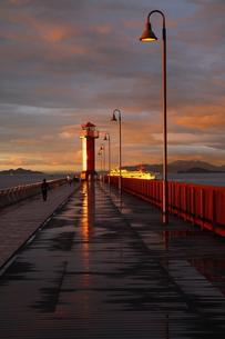 雨上がり、夕日に輝くガラスの灯台の写真素材 [FYI00105613]
