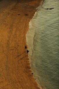 波打ち際を散歩する若いカップルの写真素材 [FYI00105616]
