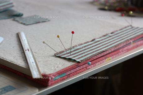 ものさしとまち針のある制作風景の写真素材 [FYI00105628]