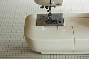 白いミシンのアップの写真素材 [FYI00105639]