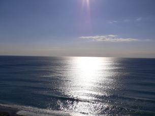キラキラした太陽に照らされて、波間に浮かぶ。の写真素材 [FYI00105664]