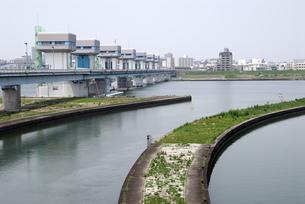 淀川大堰管理橋の写真素材 [FYI00105829]