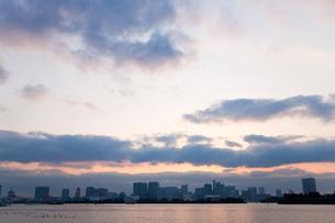 夕方の海とビル02の写真素材 [FYI00106433]
