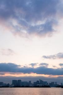 夕方の海とビル01の写真素材 [FYI00106459]