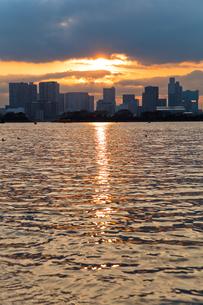 夕方の海とビル04の写真素材 [FYI00106478]
