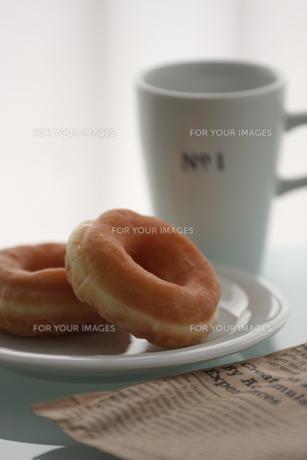 ドーナツとマグカップの写真素材 [FYI00106489]