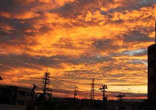 雲と朝日のオレンジの空の写真素材 [FYI00106516]