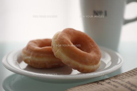 ドーナツとマグカップの写真素材 [FYI00106517]