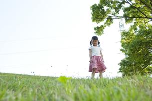 草原で遊ぶ女の子の素材 [FYI00106518]