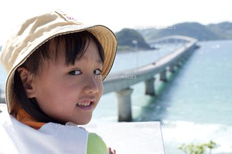 角島大橋を見に来た女の子の素材 [FYI00106531]