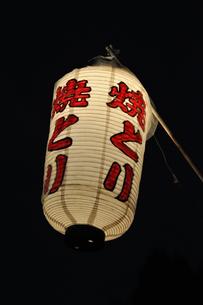お祭りの焼き鳥提灯の写真素材 [FYI00106537]