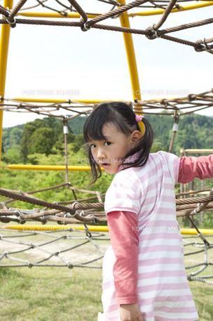 公園で遊ぶ女の子の素材 [FYI00106540]