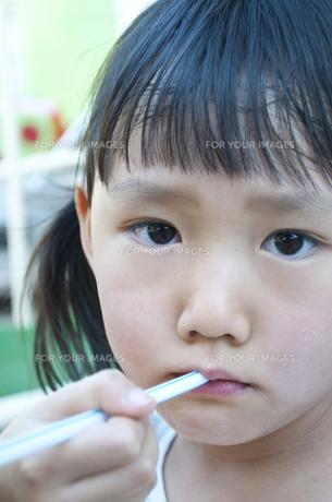 かき氷を食べる女の子の写真素材 [FYI00106541]