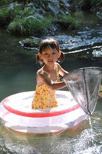 川で遊ぶ女の子の素材 [FYI00106542]
