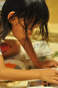 塗り絵をする子供の素材 [FYI00106543]