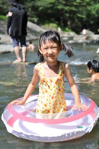 川で遊ぶ女の子の素材 [FYI00106544]