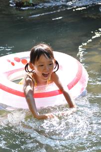 川で遊ぶ女の子の素材 [FYI00106547]