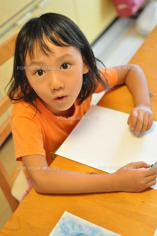 絵を描こうとしている女の子の素材 [FYI00106551]