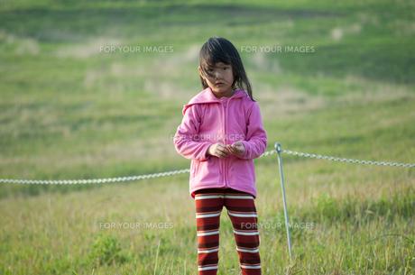 草原に立つ女の子の素材 [FYI00106553]