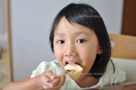 桃を食べる女の子の素材 [FYI00106555]