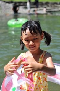 水中メガネを持つ女の子の写真素材 [FYI00106564]