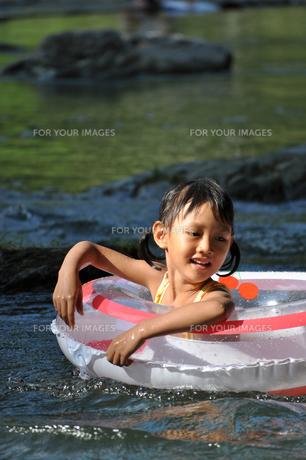 川で遊ぶ女の子の素材 [FYI00106566]