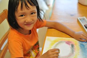 絵を描く女の子の素材 [FYI00106568]