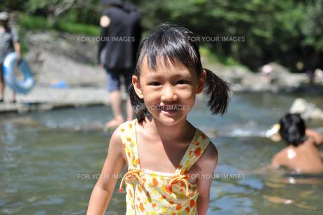 川で遊ぶ女の子の素材 [FYI00106572]