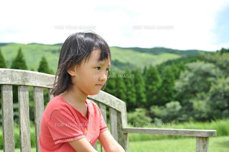 草原にいる女の子の素材 [FYI00106575]