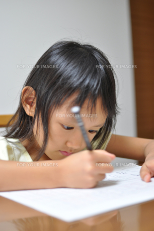 勉強をする女の子の素材 [FYI00106579]