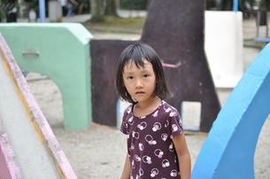 公園で遊ぶ女の子の素材 [FYI00106580]