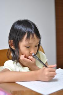 勉強をしている女の子の素材 [FYI00106585]