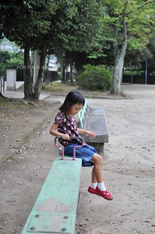 公園で遊ぶ女の子の素材 [FYI00106589]
