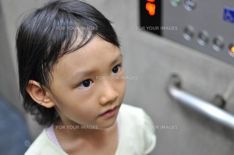 エレベーターの中にいる女の子の素材 [FYI00106590]