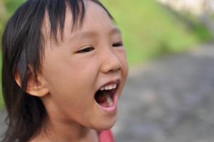 大笑いする女の子の素材 [FYI00106597]